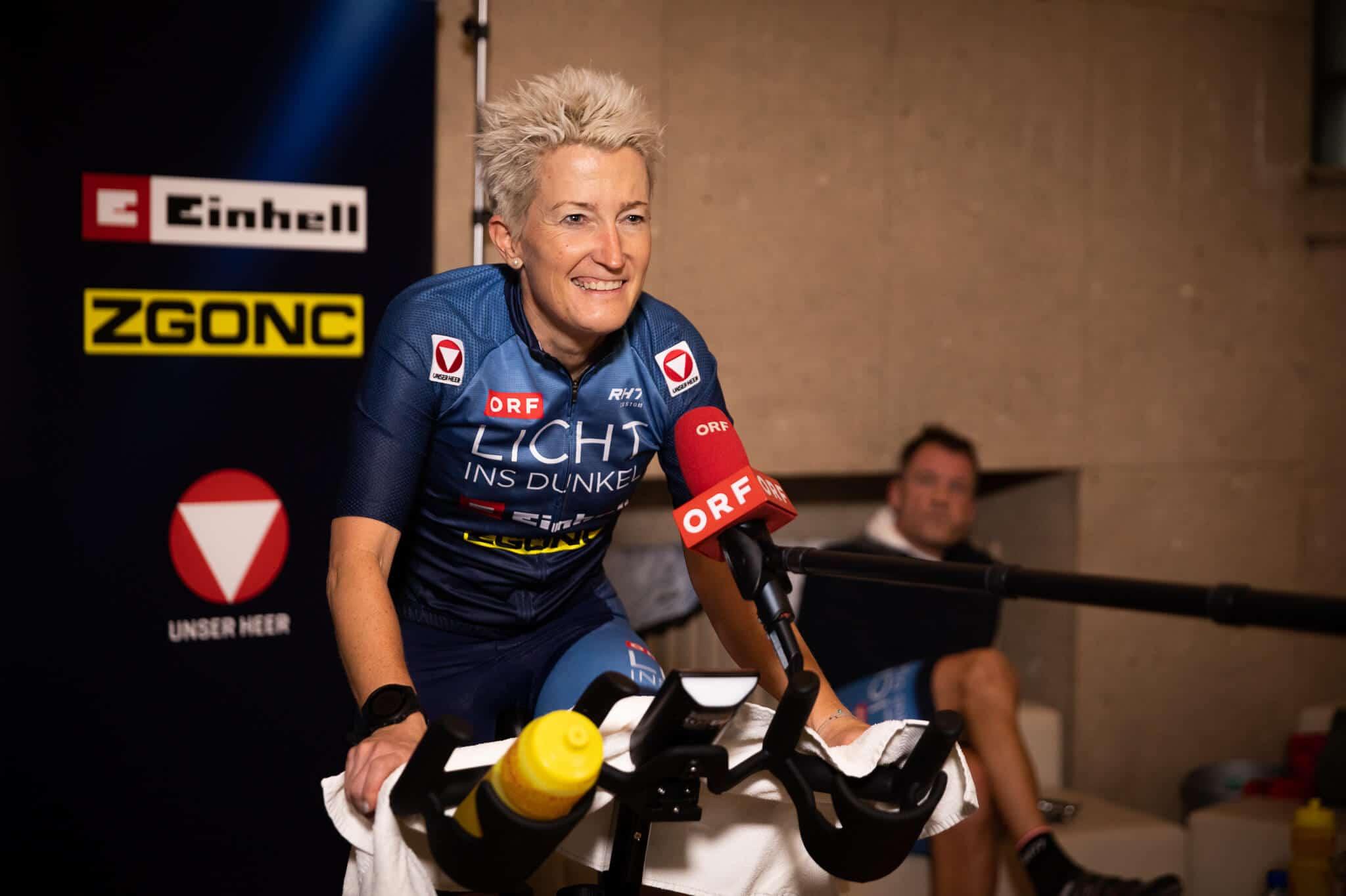 Yvonne Marzinke vor dem ORF Mikrofon für Licht ins Dunkel