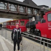 Yvonne Marzinke vor der Schafbergbahn