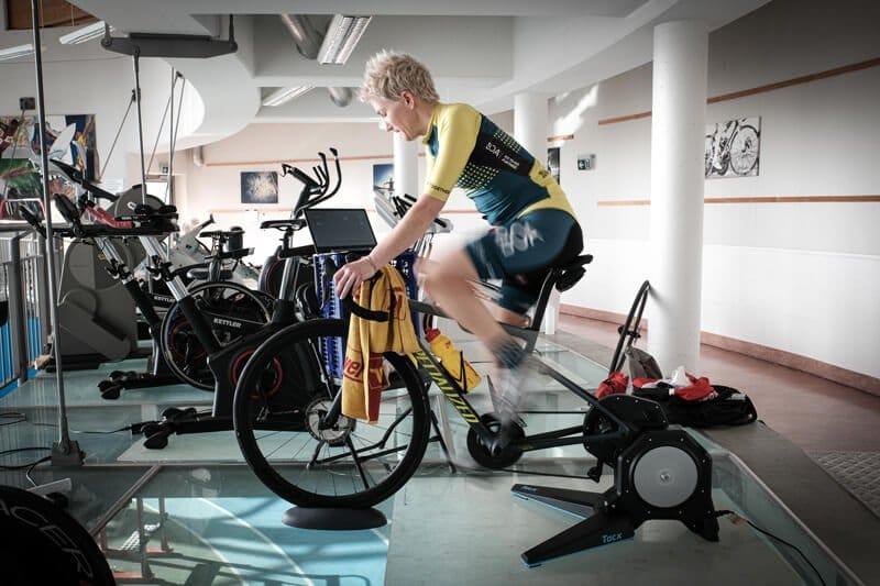 Yvonne Marzinke am Indoor Rad