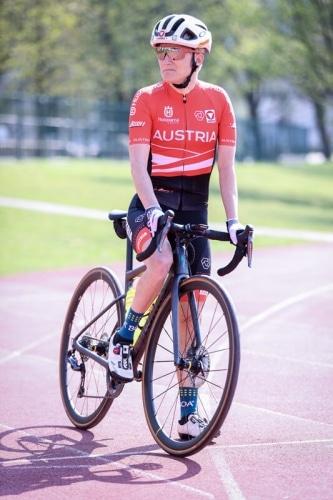 Yvonne Marzinke mit Straßenrad
