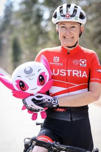Yvonne Marzinke mit Maskottchen